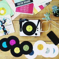 スマホをつないで自宅でオリジナルレコードをつくれる組立キット、発売決定!