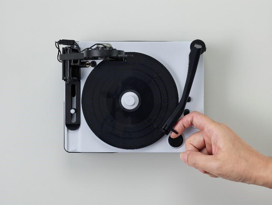 「本体左側がカッティング針、右側が再生用のレコード針」画像
