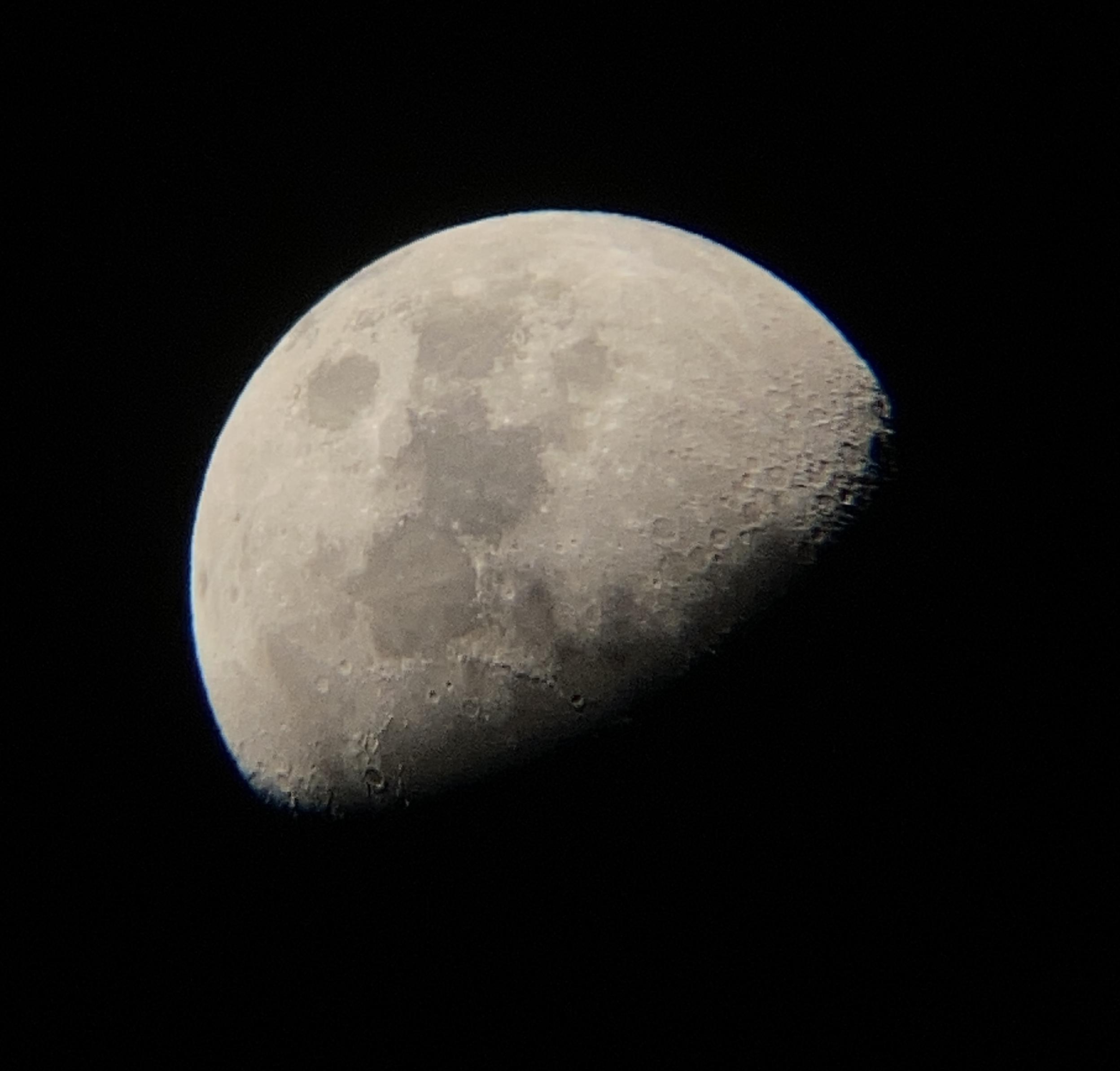 「天体望遠鏡ウルトラムーンを使用して撮影した月」画像