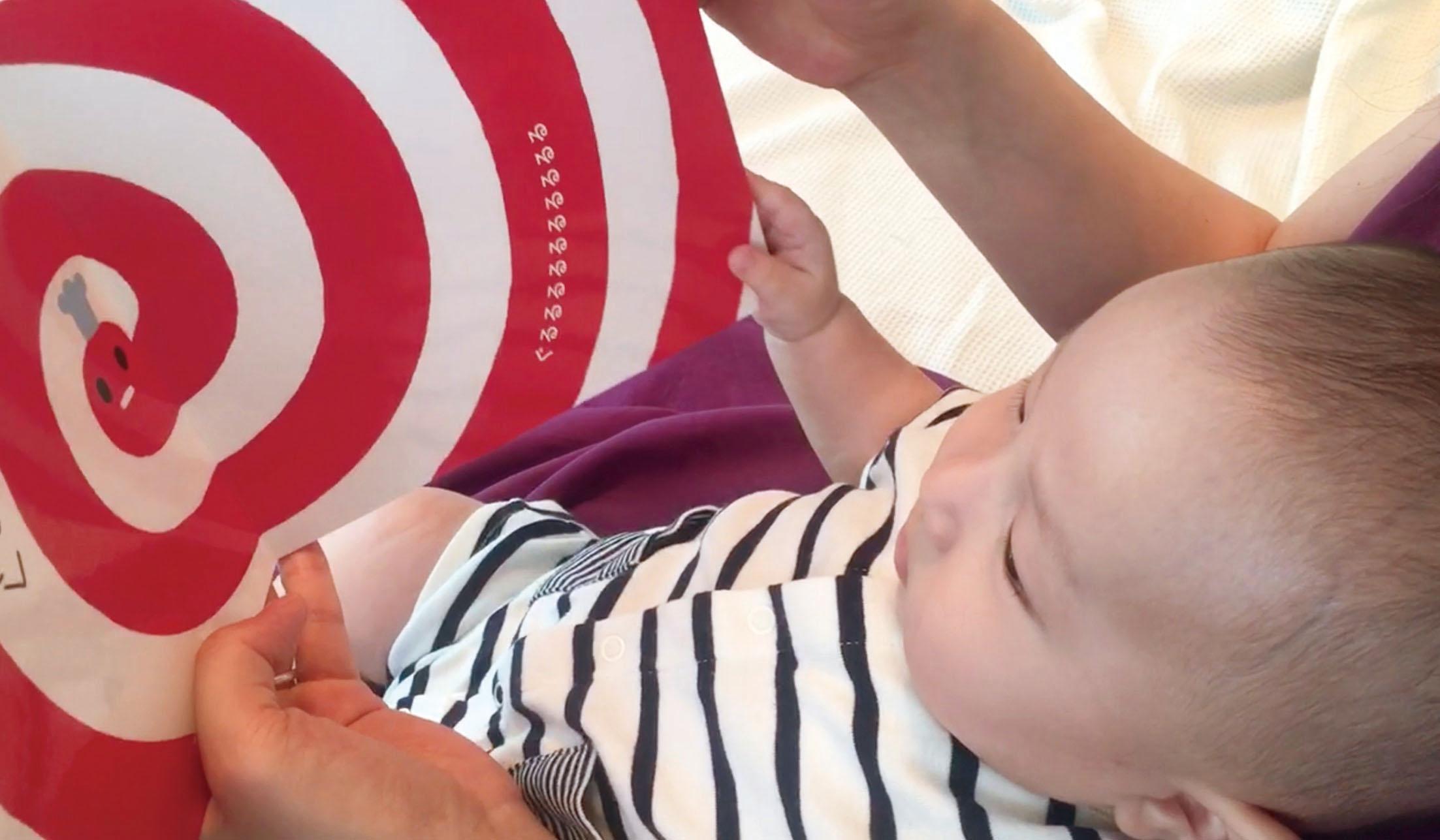 赤ちゃんが「ぐるぐる」と「かお」に、「じっ…」と注目 画像