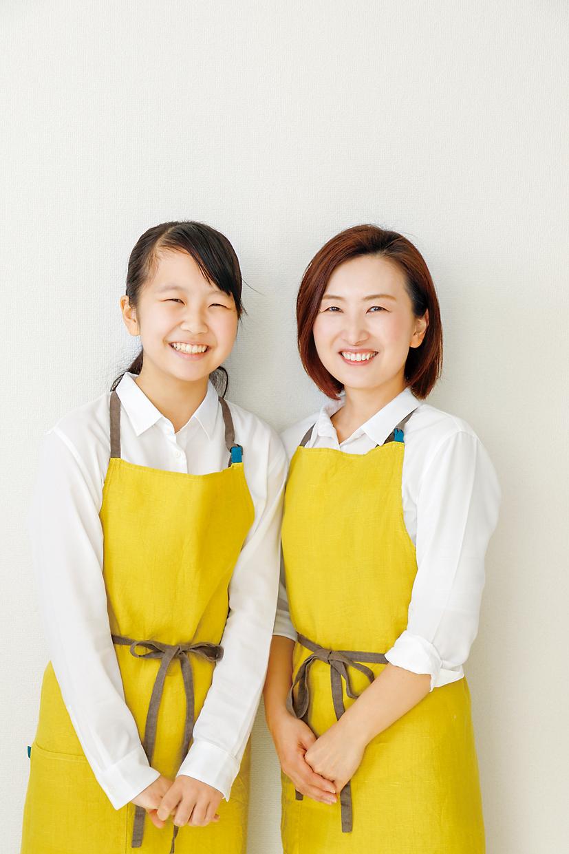 「中学二年生になった清水麻帆さん(左)と、母の清水幸子さん(右)」画像