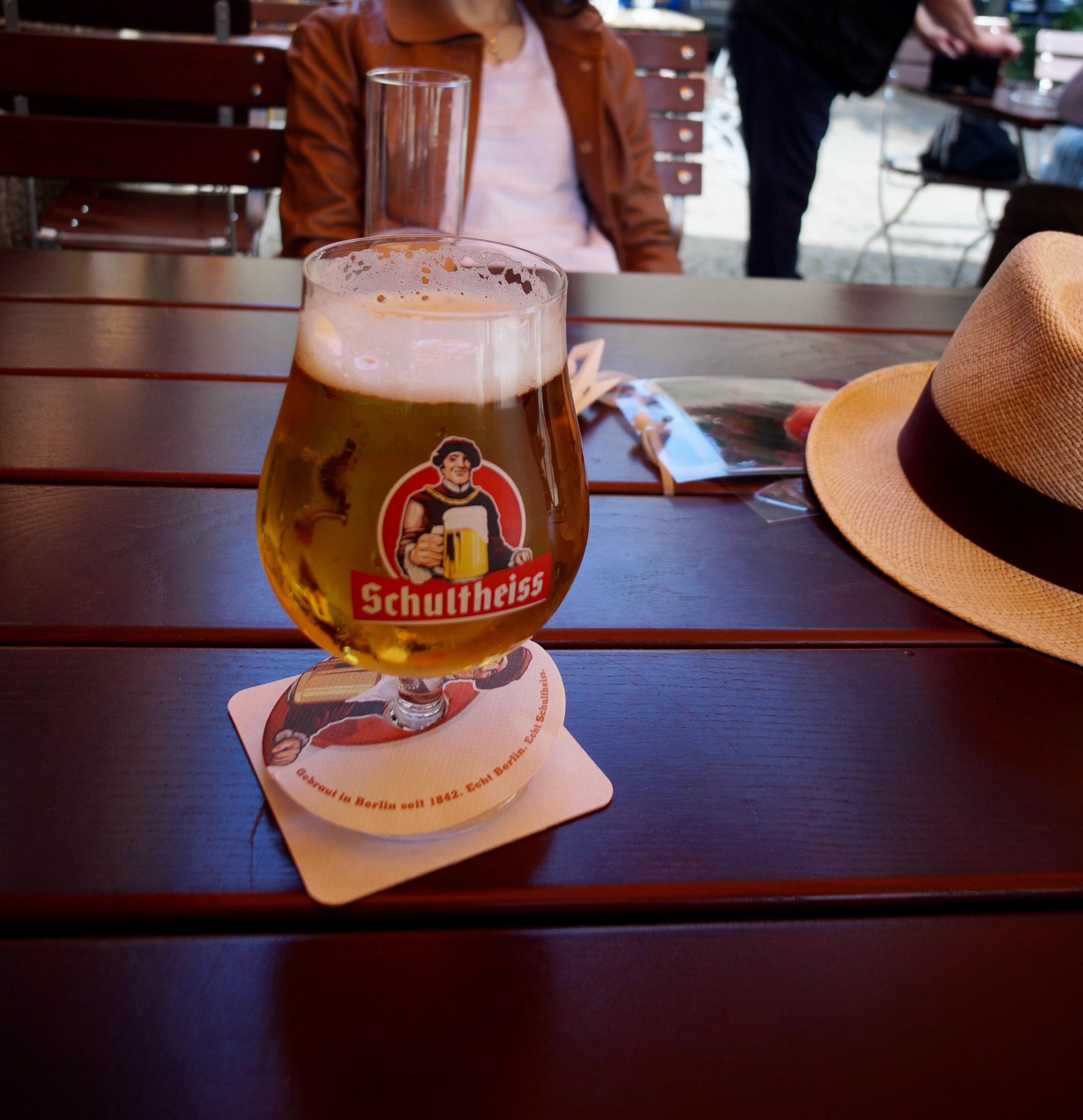 「テラス席でベルリンのビール」画像