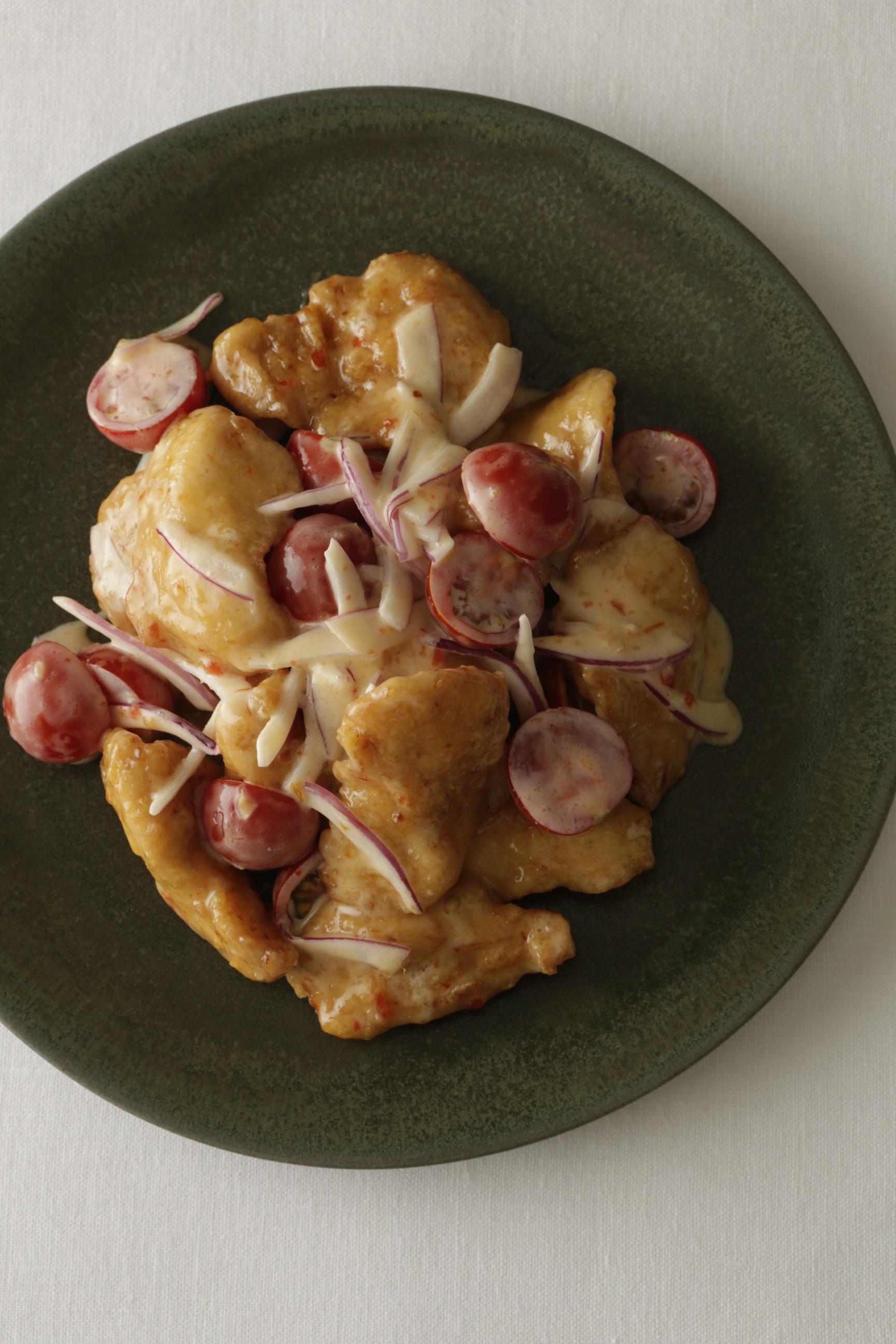 「揚げ鶏とトマトのスイートチリマヨあえ」紙面